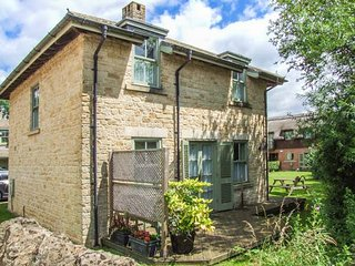 BADGER'S LODGE, pet-friendly, country holiday cottage, with pool in Cotswold