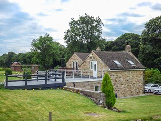 POACHER'S REST, romantic retreat, lawned garden and terrace, pet-friendly, in Rowsley, Matlock, Ref 941567