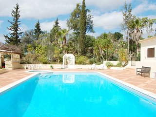 Spacious 3 Bed Apt With Communal Pool, SIlves