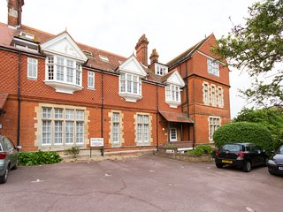 Kent House - spacious Meads village apartment