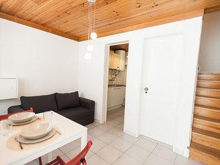 Cosy Cabra apartment in Bairro Alto with WiFi.