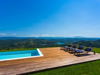 Modern Villa Vista with Swimming Pool and BBQ, Motovun