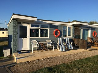 Sandy Shores holiday chalet with WiFi in Yaverland stunning coastal location, Sandown