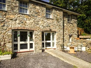 TRYFAN, studio-style apartment, all ground floor, walks from the door, Bangor, R