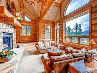 Stunning Ski-in/Ski-out on the 4 O'clock Run with huge deck, views & hot tub