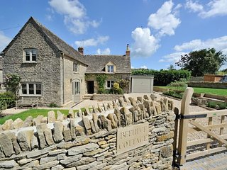 Beehive Cottage is a quintessential Cotswold stone cottage in Poulton