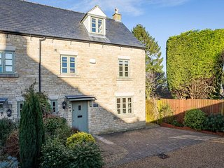 Headford Cottage is a beautiful townhouse, built of traditional Cotswold stone