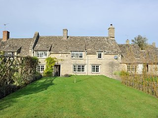 Holly Cottage is a beautiful Cotswold stone cottage with lovely gardens