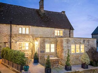 The Old Farmhouse is a luxurious Cotswold stone cottage in a great location!, Little Rissington