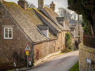 Rose Walk Cottage is a beautiful Cotswold stone cottage, located on a quiet lane