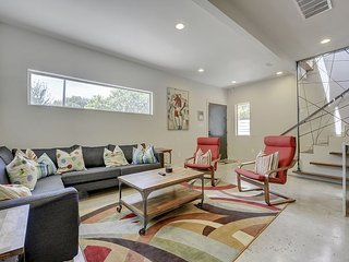 A Modern East Austin Gem - Walk to Downtown and Rainey Street!