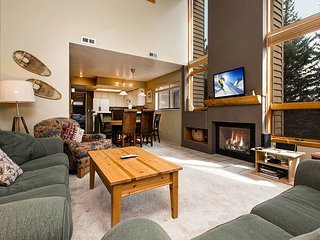 Remodeled 4BR at Canyons Base w/ Mountain-View Deck, Fireplace & Hot Tub