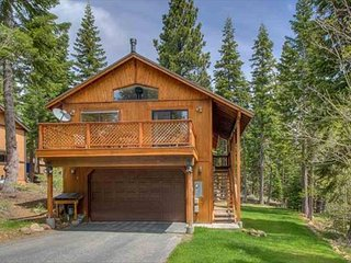 Tahoe Park, Pet Friendly, Hot Tub, 3bd/3ba  Steps to Paige Meadows, Tahoe City