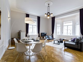 Elisabeth Deco Suite WiFi, AC, 1 BR, 2 BA on 78 sqm. next to Elizabeth bridge, Budapest