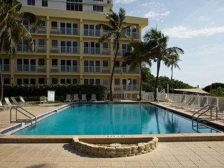 Beach side 1 bedroom with 4 pools, 2 hot tubs, tiki bar and Direct beach access