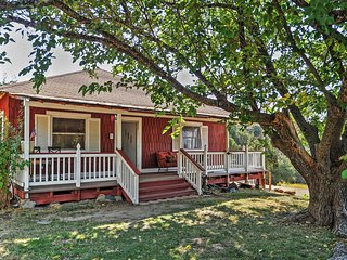 Rustic 2BR Mariposa Farmhouse w/Hot Tub! Located on 70 acre Shooting Star Sanctuary!