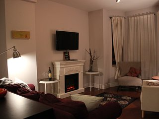 Enjoy your evening after a busy day - relax with a glass of wine by the fireplace and TV