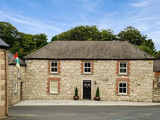 STONE HOUSE, woodburner, pet-friendly, garden, near to Kiltegan, Ref 920303