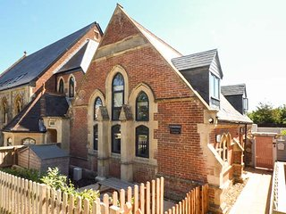 SANCTUARY COTTAGE, pet-friendly converted Sunday School with Smart TV, WiFi and enclosed patio, in Totland, Ref 938079