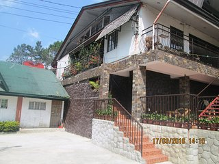 The Attic at Lani's Place Sleeps 9 to 20 persons., Baguio