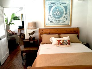 Spacious Apt. #1 Historic Walkable Downtown, between Siesta & Lido Beach