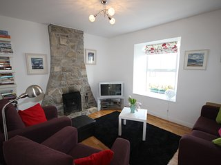 Aines, Roundstone - Elegant, modern home 5 mins from beach beside bars & restaurants.