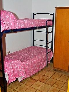 Camera con letto a castello, senza finestra
