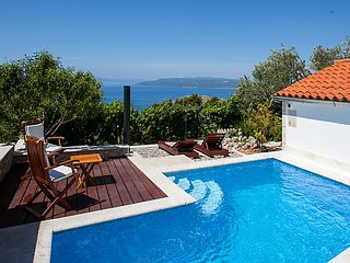 2 bedroom Villa with Pool, Air Con, WiFi and Walk to Shops - 5053939