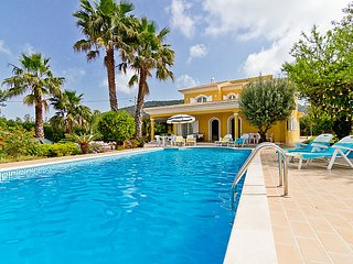 4 bedroom Villa with Pool, Air Con, WiFi and Walk to Shops - 5700320