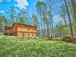 Amazing 2 bedroom cabin with creek view, hot tub and outdoor fire pit, Gatlinburg