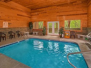 3 Bedroom Luxury Cabin with Indoor Pool, 9 Foot Theater Screen - Sleeps 12, Sevierville