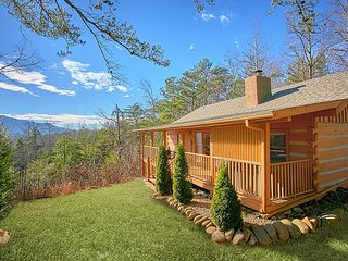 Romantic Log Cabin with modern amenities, amazing views, Fantastic Location