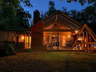 Experience Amazing Views and a Theater room from your Romantic Getaway Cabin!, Gatlinburg