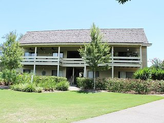 2Bedroom/2BA on the golf course!  Just a short stroll to the beach!
