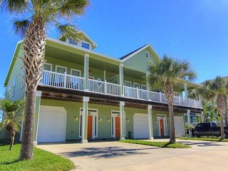 Upscale townhome right in the heart of Port Aransas! Community pool!