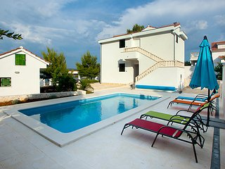 2 bedroom Villa with Air Con, WiFi and Walk to Beach & Shops - 5082119