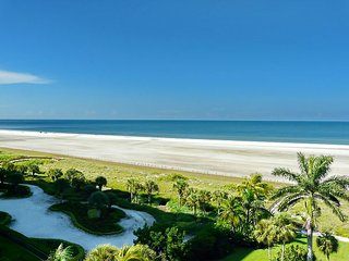 Beachfront gem w/ short walk to premier restaurants