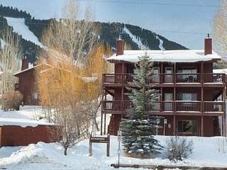 Spacious 4 Bedroom condo at Snow King Mountain in town!