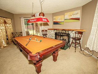 Private Hot Tub! Great Location. sleeps 10-16, 5 bdrm. Sauna, Pool Table