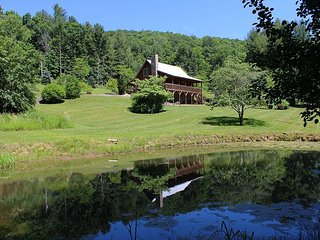 PEACEFUL LOG CABIN OVERLOOKING MTN POND WITH WIFI, ROCKING CHAIRS, & FOOSBALL