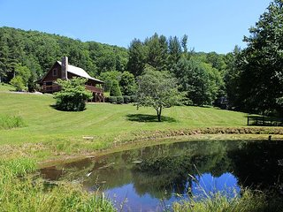 GOLDEN POND-PEACEFUL LOG CABIN ON POND WITH WIFI, GAME TABLE & GAS FIREPLACE.