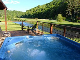 RIVERFRONT HOME WITH  HOT TUB, F/P & WIFI!  JANUARY RATE REDUCED TO $189