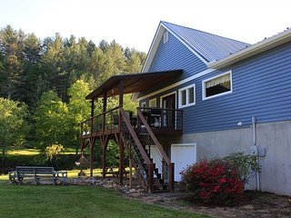 RIVER SONG - RIVERFRONT HOME W/HOT TUB, F/P, POOL TABLE & WIFI - NEAR BOONE!