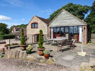 TURNIP HOUSE, pet friendly, luxury holiday cottage, with a garden in Cardington