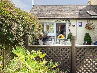 THE PEAT HOUSE, stone cottage, WiFi, parking, rural base for lakes, in Row, Bowness-on-Windermere, Ref 939002