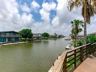 Canal Front home Holiday Beach, Community Pool, Boat Dock