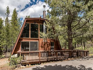 Lovely 3BR Cabin w/ Spacious Private Deck - 5 Miles to Downtown Truckee