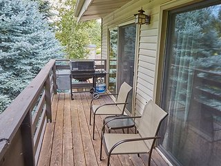Comfortable Home with a Private Deck Over the Golf Course