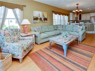 Gulfside Manor 2, 3 Bedroom, Gulf Front, Heated Pool, Spa, WiFi, Sleeps 8, Indian Rocks Beach
