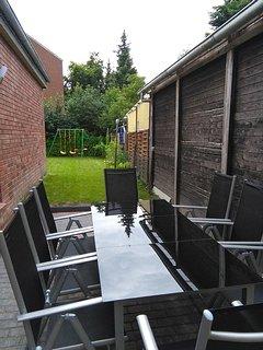 Blick von der Sitzmöglichkeit zum Garten